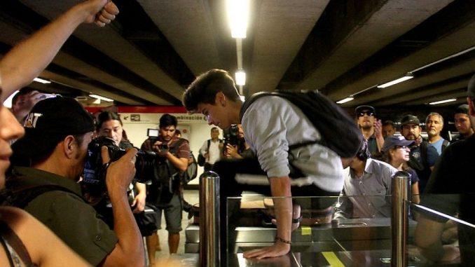 Chileense studenten springen over de metropoortjes