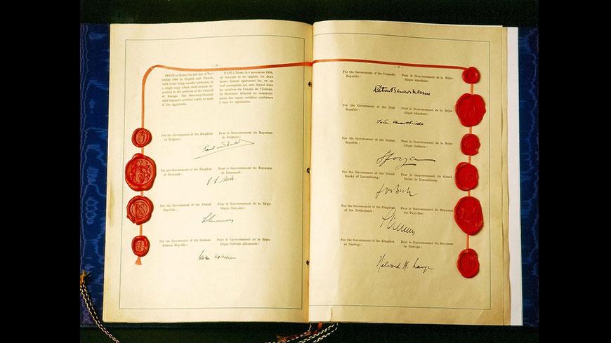 Originele Europese Conventie voor de Rechten van de Mens, pagina met lakzegels en handtekeningen